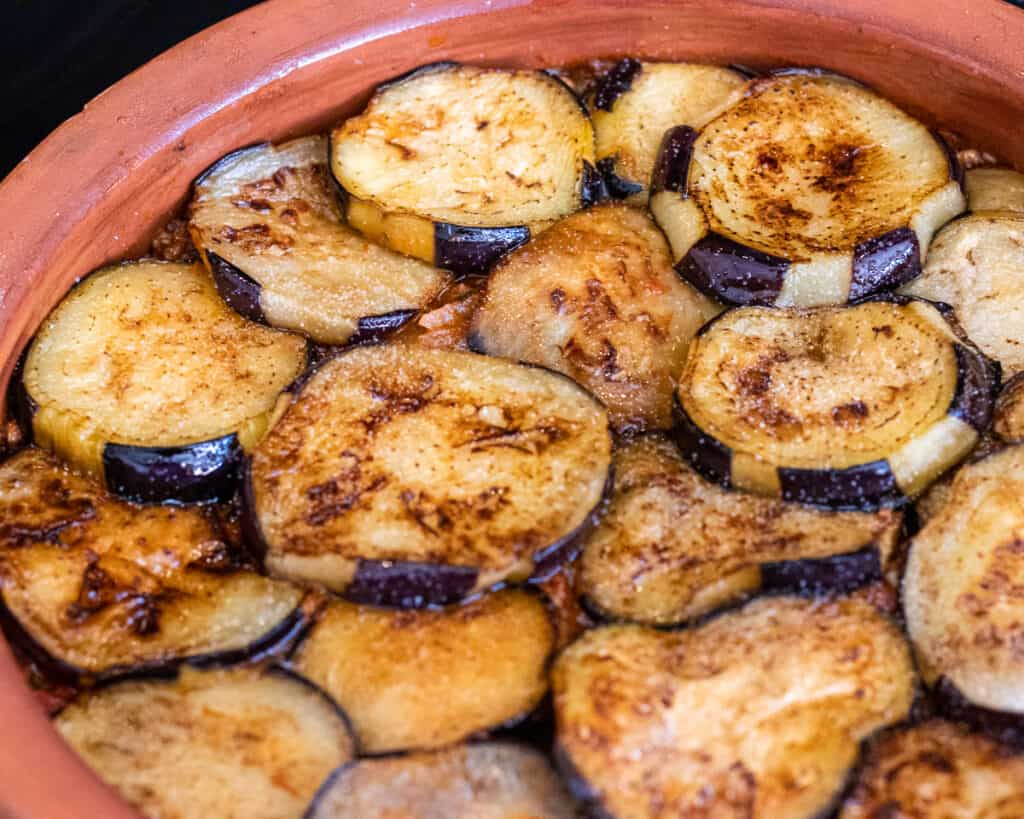 The rest of the fried aubergines goes on top of the meat sauce.